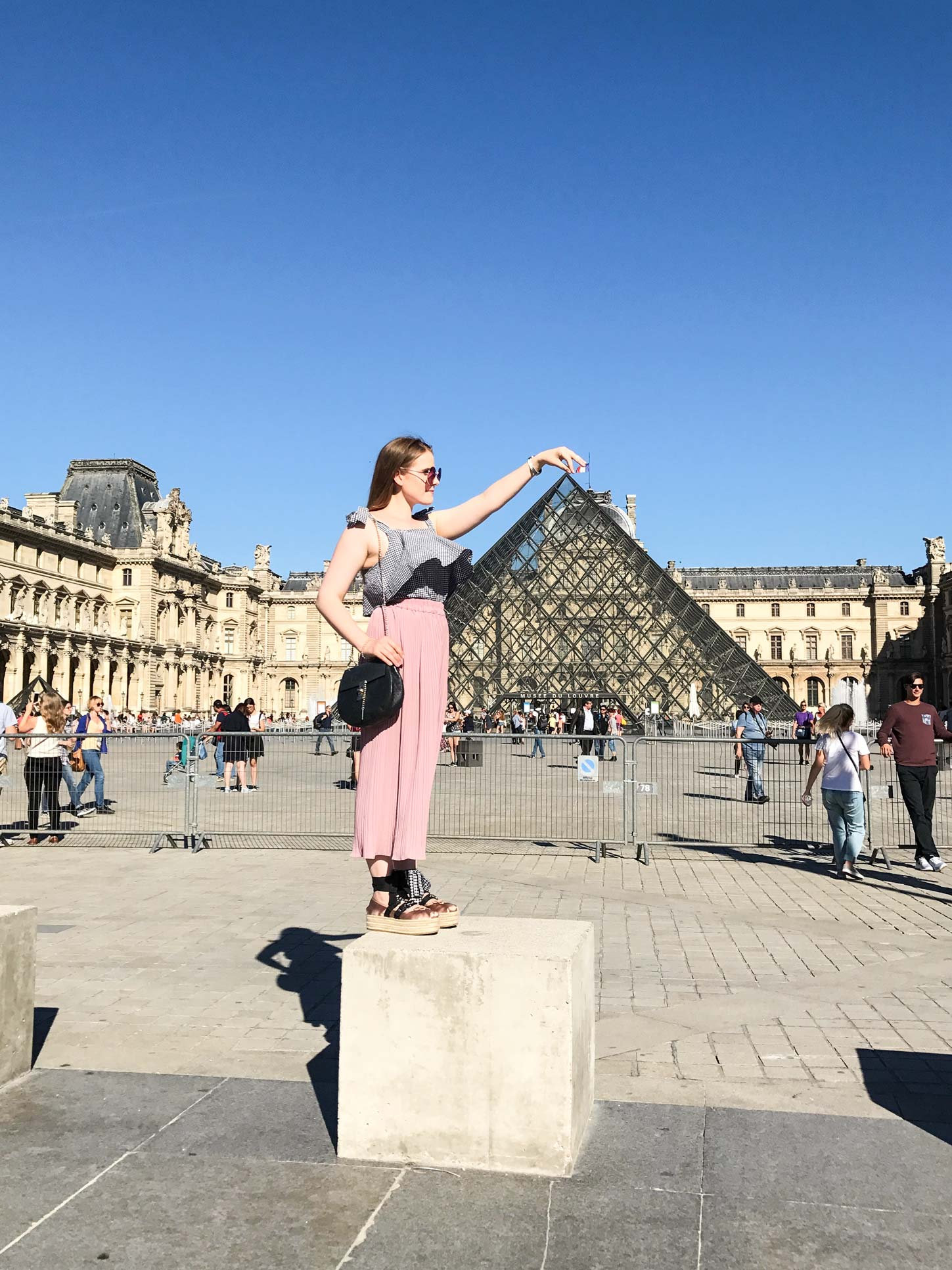 Mussee-de-Louvre-Paris-Travel-Guide-Flora-Fallue